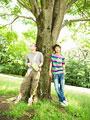木陰で休憩する男性