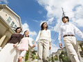 散歩をする家族
