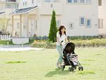 散歩をする母子