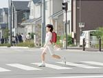 横断歩道を歩く女の子