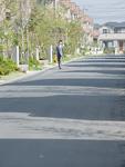 住宅街を歩く男性