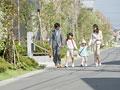 住宅街を歩く親子