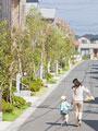 住宅街を歩く母子