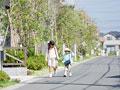 住宅街を歩く子供