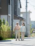 散歩をする老夫婦