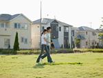 芝生を歩く夫婦