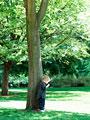 木陰の男の子
