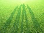 芝生の人影