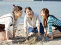 砂遊びをする女性