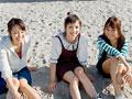 砂浜に座る若い女性