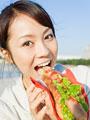 ホットドックを食べる女性