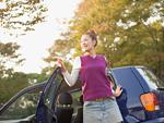 車から降りる女性
