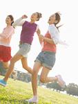公園で走る女性