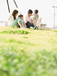 芝生に座る親子