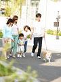 タイトル:犬の散歩をする家族
