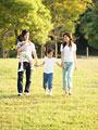 公園を散歩する親子