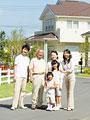 タイトル:並んで立つ家族