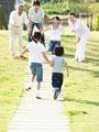 タイトル:走る子供と家族