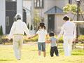 公園を散歩をする祖父母と孫