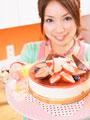 ケーキを持つ女性