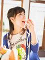 トマトを食べる女性
