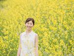 菜の花畑に立つ女の子