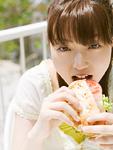 ピタサンドを食べる女性