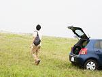 草原を散歩する男性