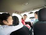 車内で談笑する若者