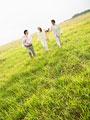 散歩をする若者