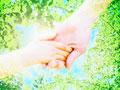 手をつなぐ親子と葉
