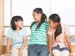 おしゃべりをする小学生