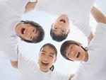 円陣を組む小学生