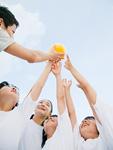 ボールをとる小学生