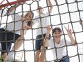 遊具に登る小学生