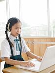 パソコンの授業中の小学生