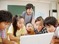 パソコンをする小学生