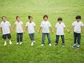 一列に立つ小学生