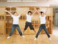 ジャンプする小学生