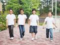 校庭を歩く小学生