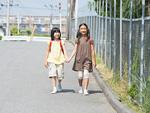 通学する小学生