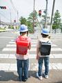 信号を待つ小学生