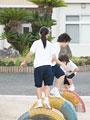 遊具で遊ぶ小学生