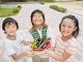 野菜を持つ小学生