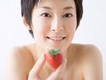 イチゴを持つ女性