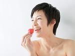 イチゴを食べる女性