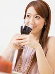 赤ワインを飲む女性