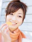 トルティーヤチップスを食べる女性