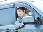 車窓から顔を出すビジネスマン