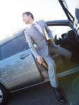 車から降りるビジネスマン